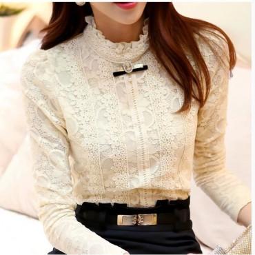 Дантелена блуза с брошка